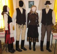 Székelyruhás bábok / A baloldali pár ünnepi viseletben, míg a jobb oldali pár hétköznapi viseletben