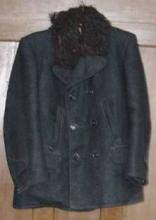 Fekete rövid kabát, gallérján báránybőr