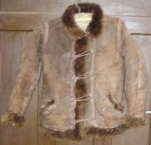 Rövid, zsinóros női báránybőr bunda