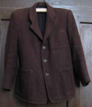 Barna, posztóból készült rövid férfikabát